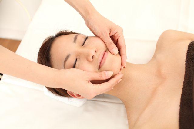 小顔矯正で顔のむくみやたるみを改善