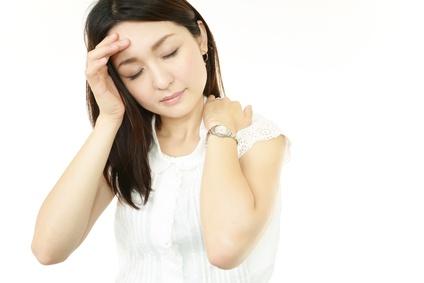 首の痛みに苦しむ女性
